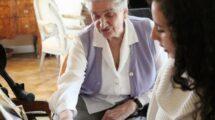 Cohabitation intergénérationnelle : une solution rassurante pour les parents âgés et les enfants étudiants