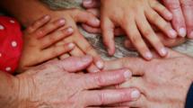 Partir-laisser-parents-ages-derriere-nous-UNE femmexpat 559x520-4
