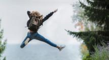 Les-avantages-de-partir-seule-en-expat-UNE femmexpat 559x520