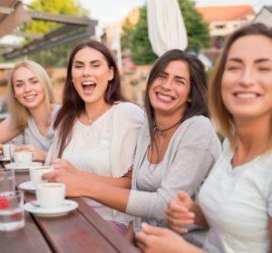 Sociologie-des-cafes-de-rentree-UNE femmexpat 559x520