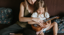 Le-francais-a-la-maison-5astuces-pour-augmenter-le-vocabulaire-de-notre-enfant-Photo-Alena Shekhovtcova-Pexels-UNE femmexpat