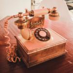Telephoner-ou-envoyer-des-SMS-vers-l-Europe-depuis-la-France-coute-desormais-moins-cher-Photo-louis-hansel-unsplash-UNE femmexpat 559x520-2