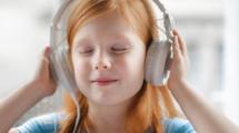 Des-podcasts-plutot-que-des-ecrans-pour-nos-enfants-UNE femmexpat 559x520-2020