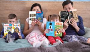 famille lisant magazines Faton