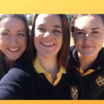 trois jeunes étudiantes faisant un selfie en uniforme en Australie