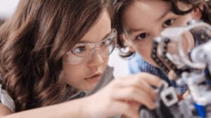 deux enfants qui montent un robot