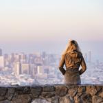 BRED jeune fille qui regarde l'horizon