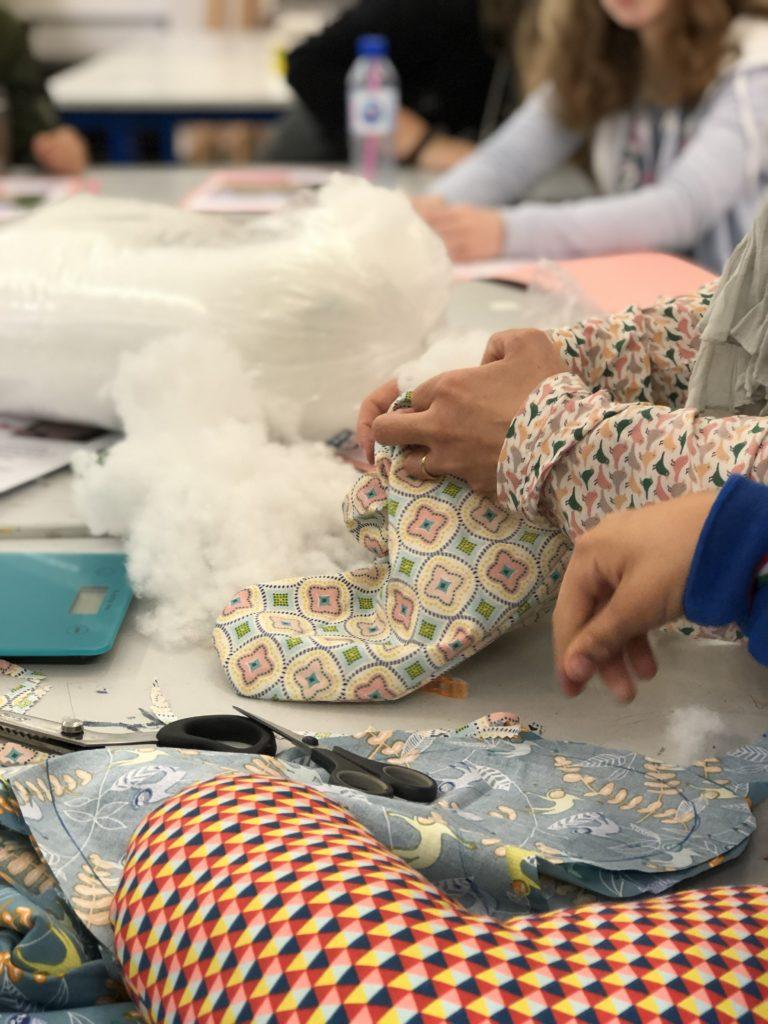 enfants qui fabriquent des coussins