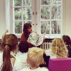 enseignante qui lit une histoire aux élèves