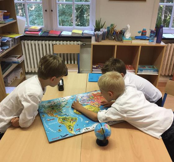 EFI Bruxelles enfants jouant à un jeu planisphère