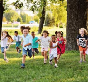 enfants au parc les petits crayons