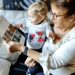 neveo grands parents lisant le journal avec son petit fils