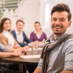 personnes en salle de réunion
