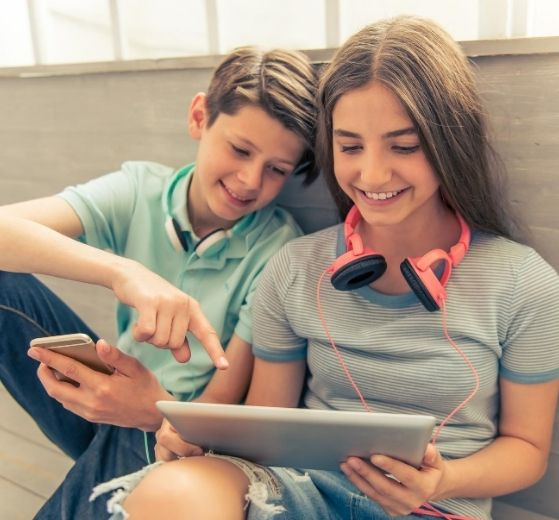 adolescents sur une tablette