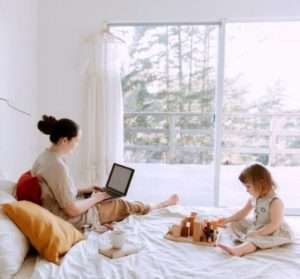 Travailler de chez soi quand on est maman et expatriée: 7 activités à lancer en 2021